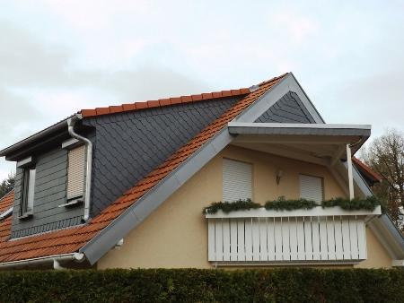 2013: Neubau von Dachgauben, Balkonüberdachung und Verschieferung des Giebels an Wohnhaus in Schmölln
